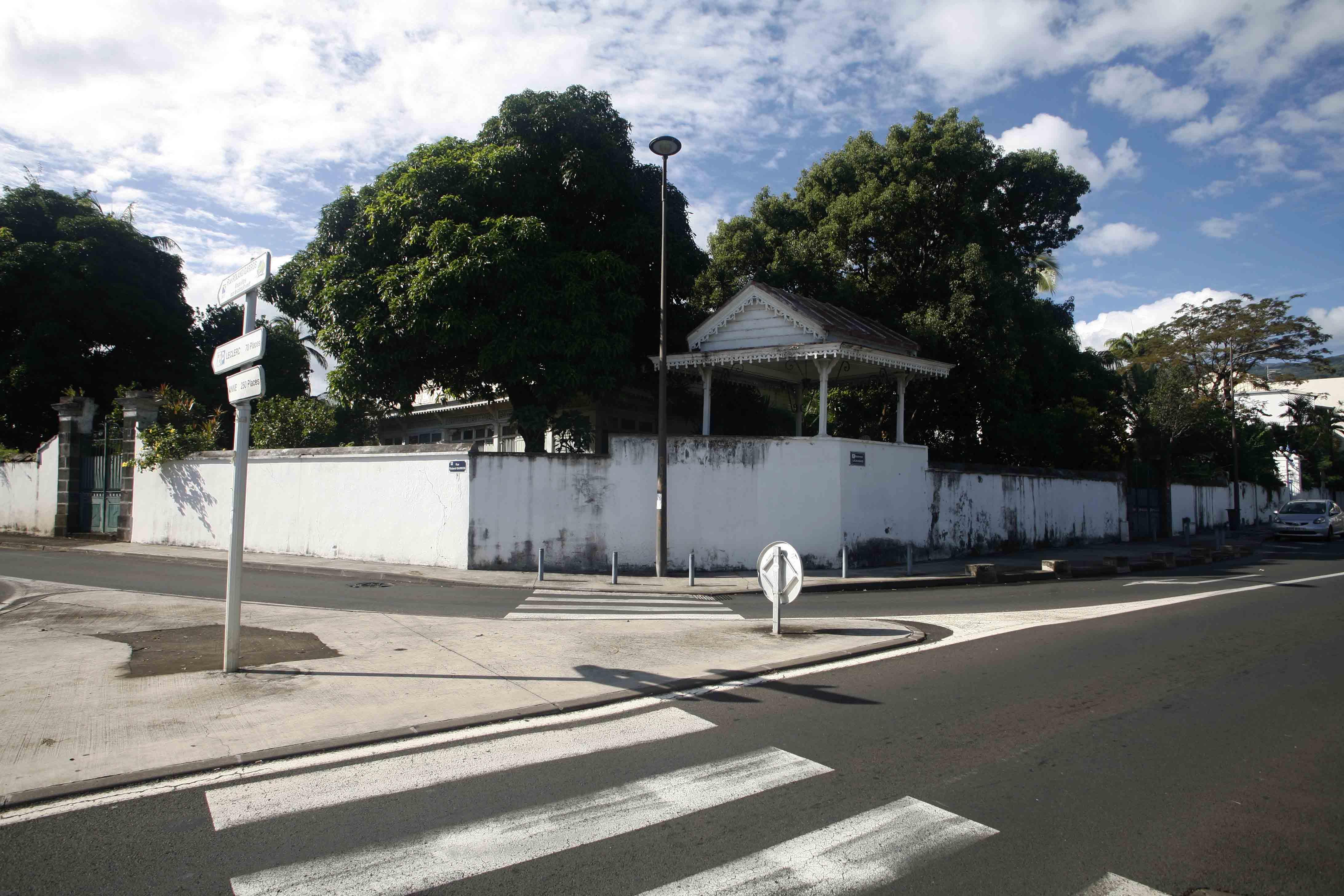 La villa neoclassique ville de saint denis de la r union l 39 humain pour nous c 39 est capital - Piscine pierre de coubertin saint denis ...